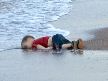 Syria-Crisis-Dead-3-year-old-Syrian-Boy-On-a-Turkish-Beach-6